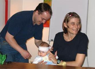 Eltern lernen die Erste-Hilfe am Kind